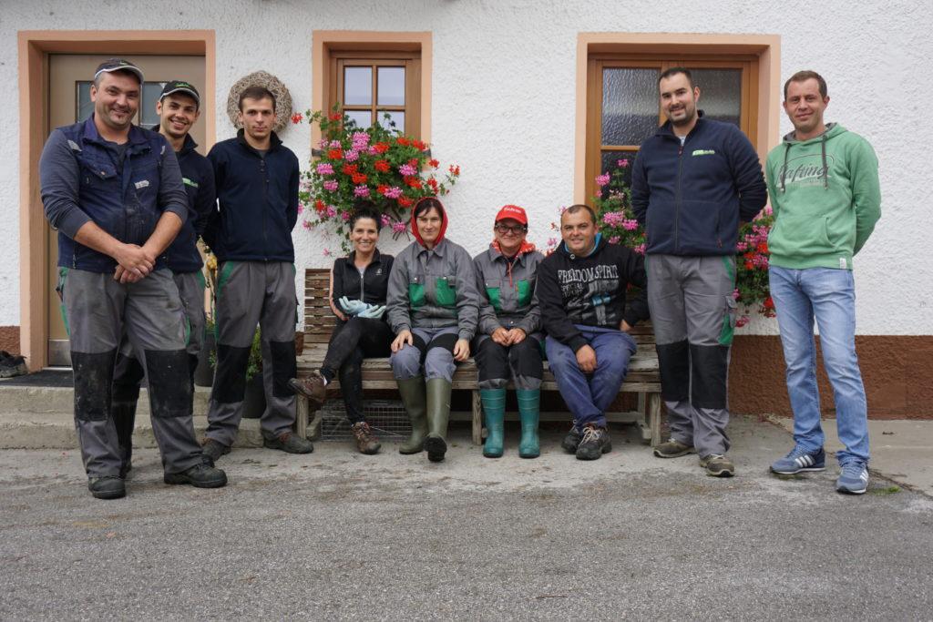 v.l. Ionut, Gabriel, Marius, Dana, Simona, Marinella, Ionut, Alex und Bogdan sind ein starkes Team. © Johanna Fehr.